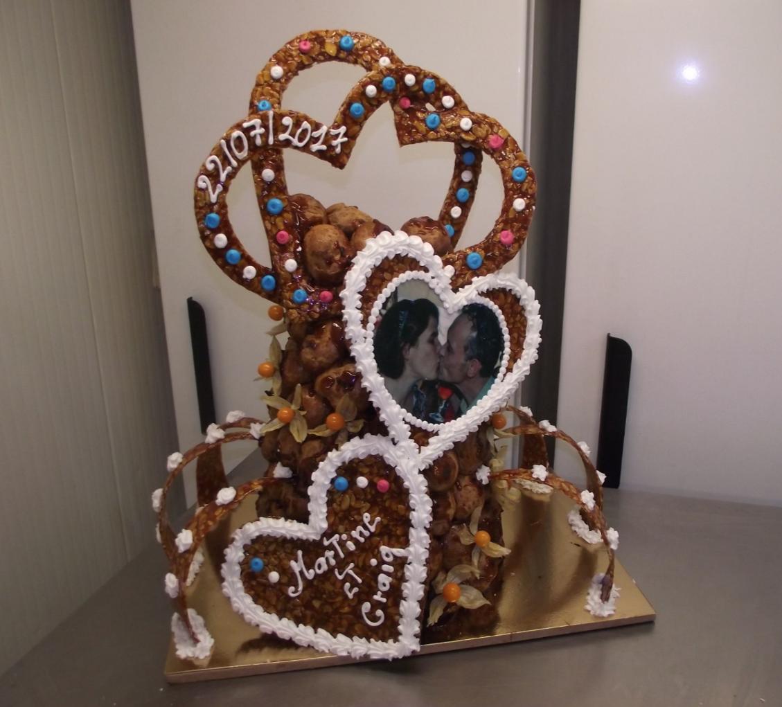 pièce montée en cône avec coeur, arabesques et photo