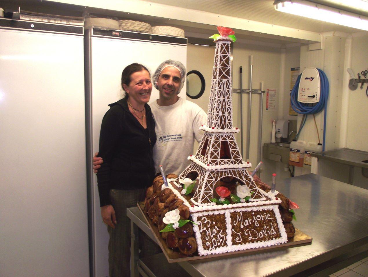 pièce montée Tour Eiffel + roses en sucre