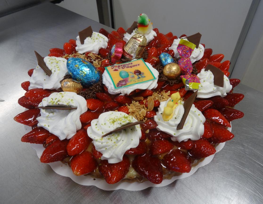 tarte aux fraises 10-12 parts déco Pâques.