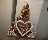 Piece montee choux et nougatine en cone avec coeur et arabesques